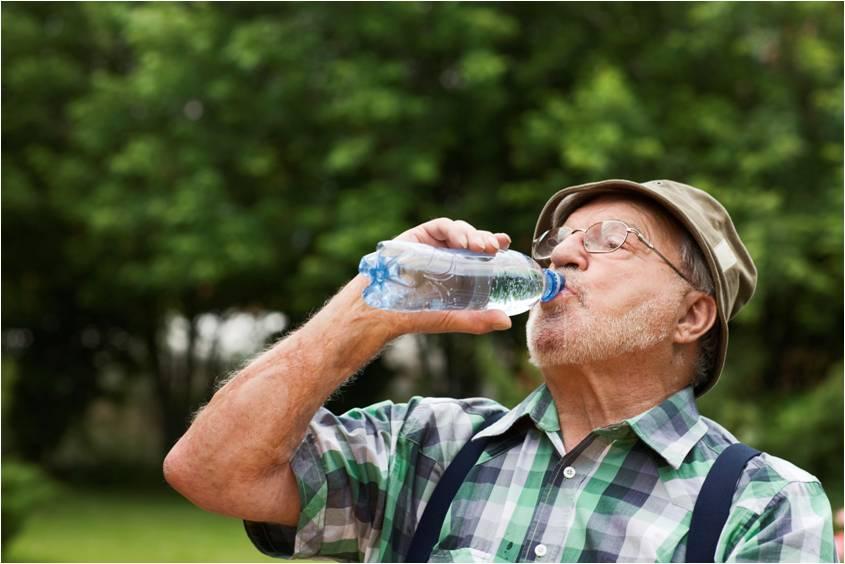 senior_drinking_water