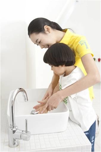 mom and child handwashing resized 600
