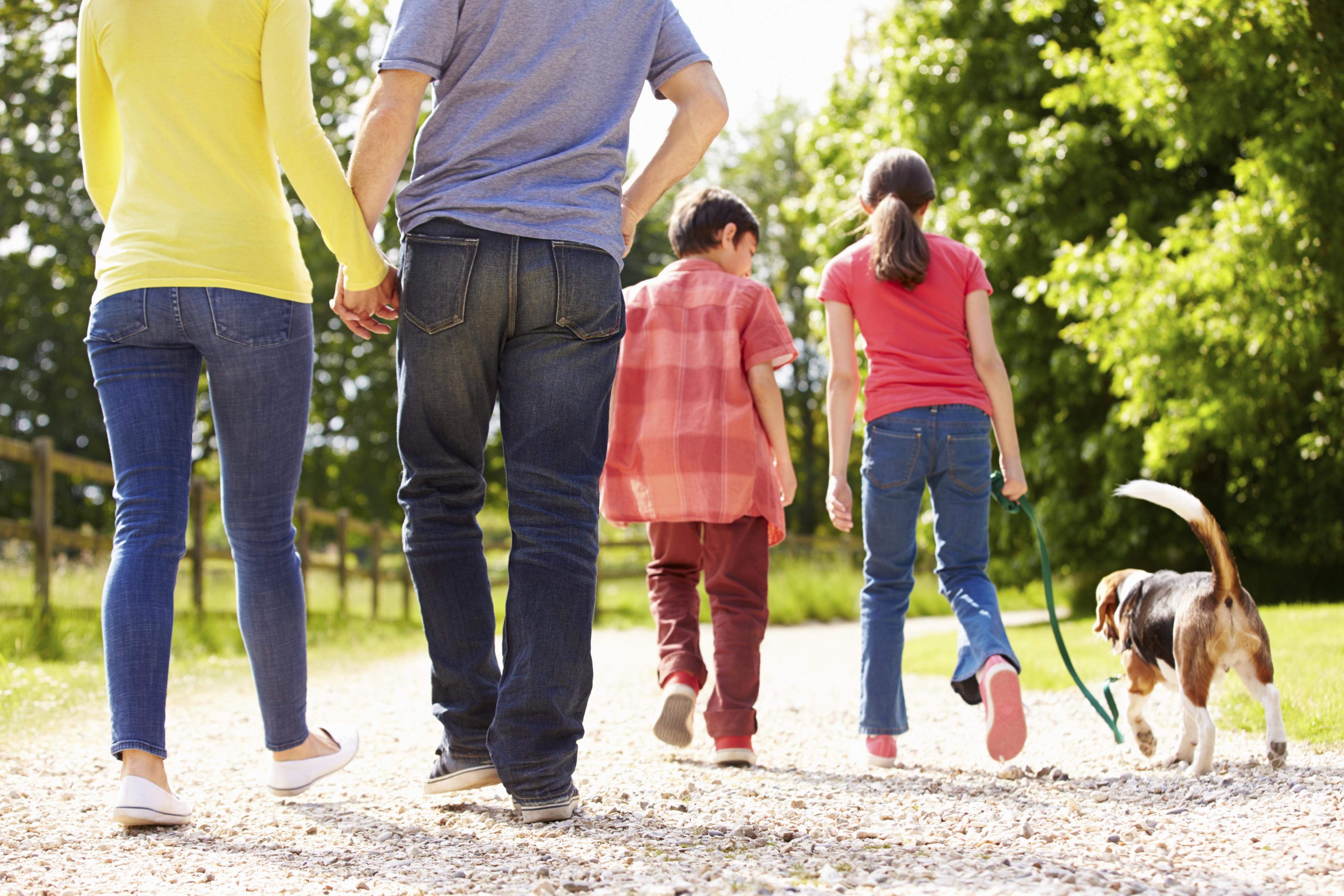 Family_walk_ThinkstockPhotos-466988813